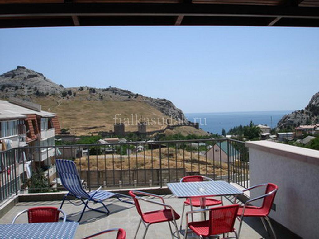 Терраса на 4-м этаже с видом на Генуззскую крепость, море и горы Палван, Перчем, Ай-Георгий