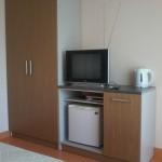 Отдых в Судаке без посредников, гостевой дом Фиалка 2-х местный номер №5, в номере электрочайник, ХЛ, набор посуды