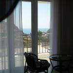 Вид из номера №4 на Генуэзскую крепость, море и гору Палван и выход на балкон