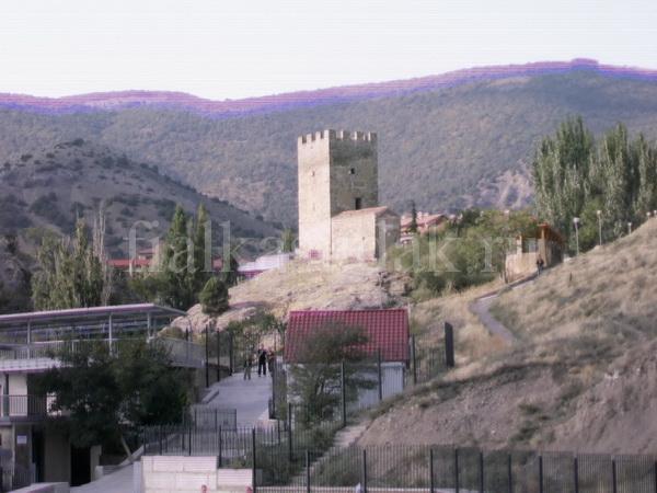 Судак, Уютное, Портовая башня. храм 12 апостолов и дорога к морю